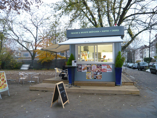 Photo of the kiosk and café on Quäkerwiese, photo: Projektsteuerung K. Esser, Frankfurt, © Stadtplanungsamt Stadt Frankfurt am Main