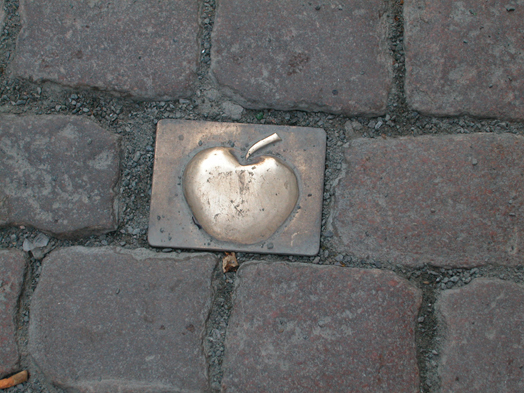 Photo: Decorative cobblestone with apple design in the renewed pavement, © Stadtplanungsamt Stadt Frankfurt am Main